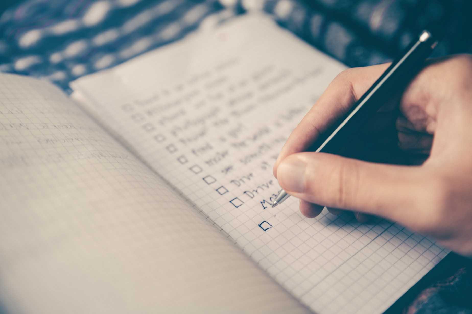 checklista - ktoś tworzy listę zadań izaznacza co wykonał